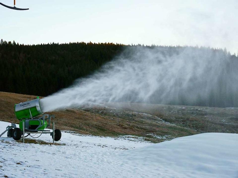 In Muggenbrunn zerstäuben Schneekanone...Summe reichen für die  neue Skisaison.  | Foto: Sattelberger