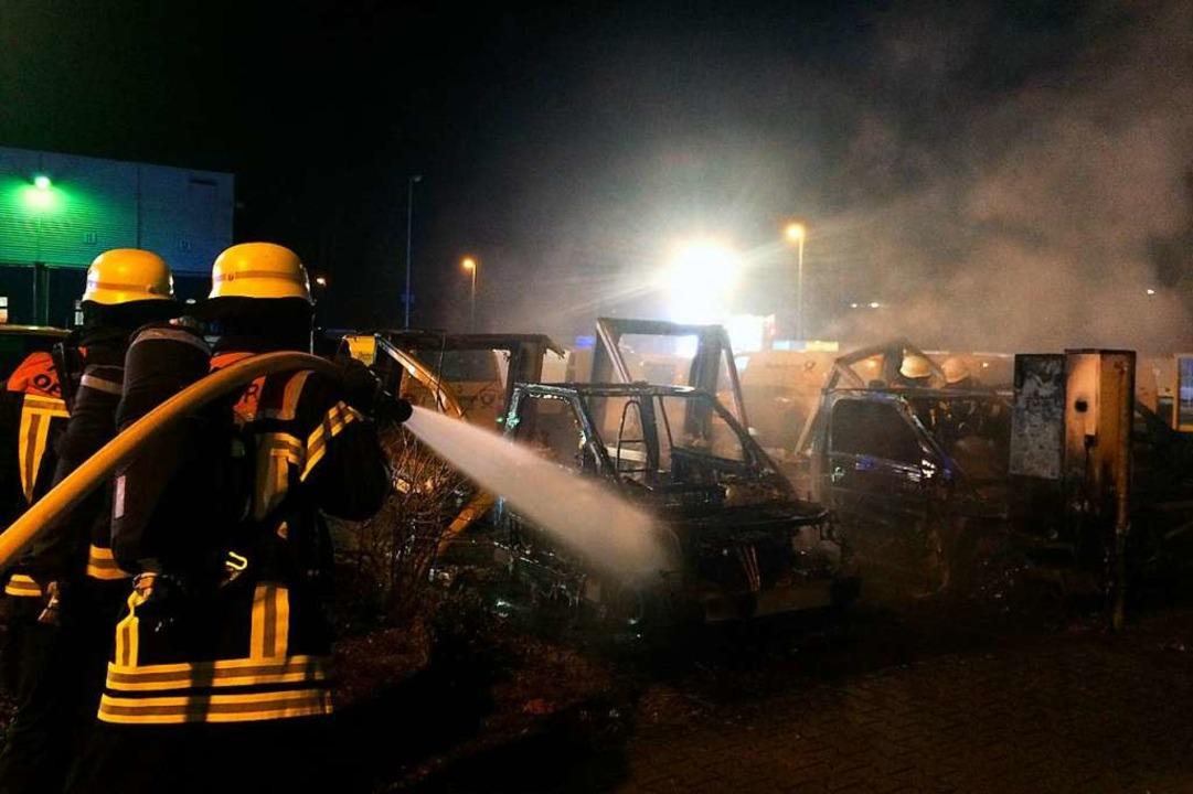 Löscharbeiten auf dem Areal des Post-Frachtzentrums in Offenburg  | Foto: Feuerwehr Offenburg