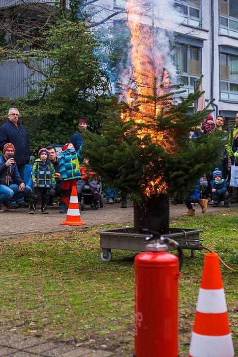 Beim Eli-Brand-Fest wurde auch demonst...ihnachtsbaum in Flammen aufgehen kann.  | Foto: Ansgar Taschinski