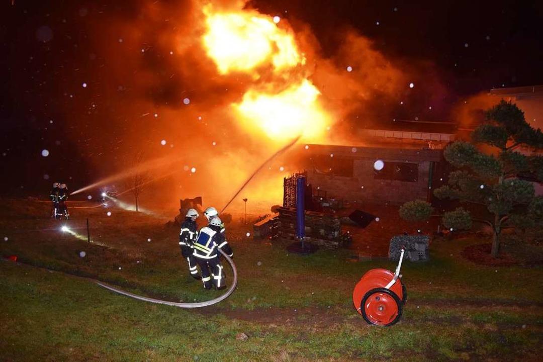 Meterhoch schlagen die Flammen in den Nachthimmel.   | Foto: kamera24
