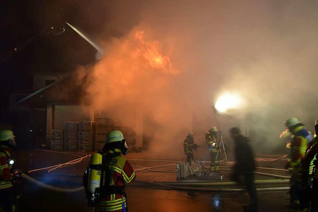 Starker Rauch erschwerte die Arbeit der Feuerwehren.   | Foto: kamera24