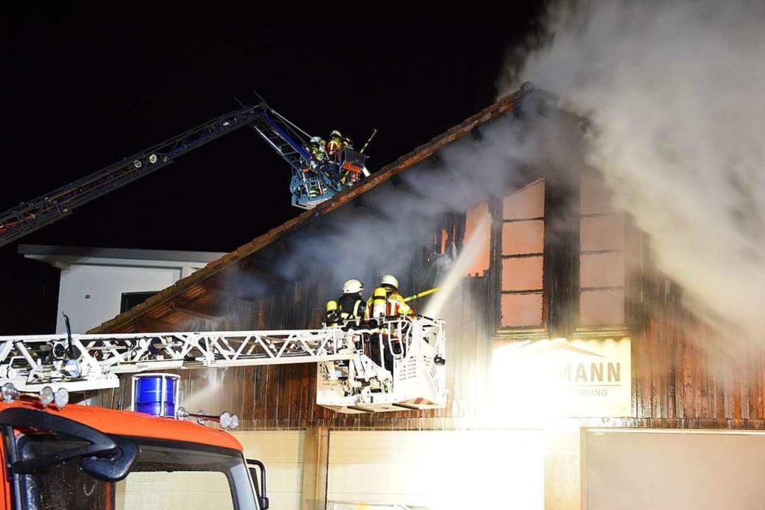 Lagerhalle der Baufirma Willmann in St. Märgen brennt aus.   | Foto: kamera24