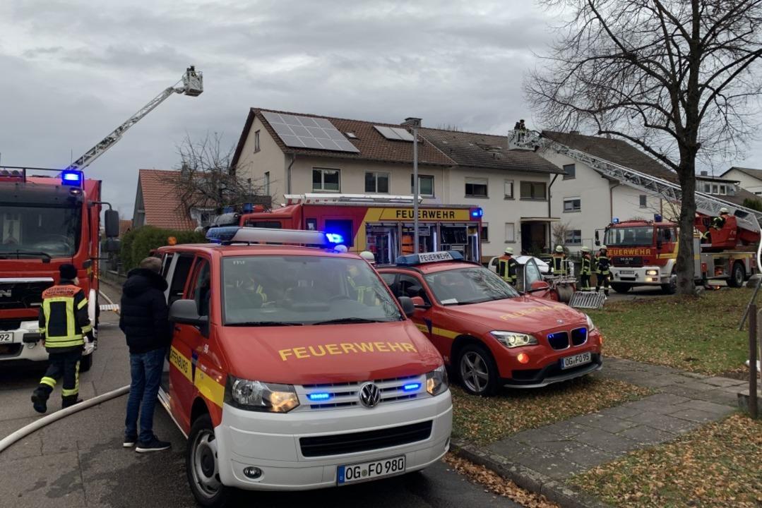Zwei Drehleitern waren wenige Stunden später im Veilchenweg im Einsatz.  | Foto: Helmut Seller