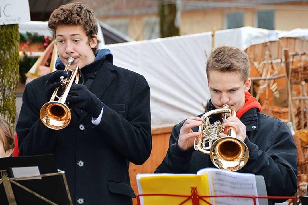 Das Trompetenensemble der Jugendmusiks...ax Joos eröffnete den Weihnachtsmarkt.  | Foto: Horatio Gollin
