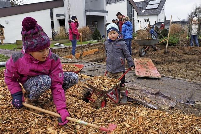Graben und pflanzen im Bibelgarten