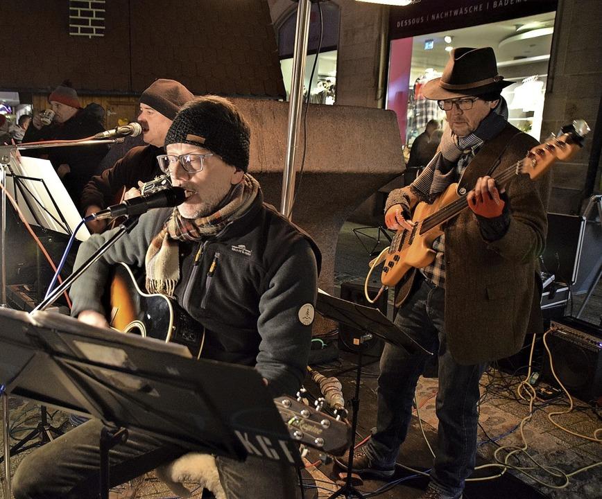 Auf der Steinbrückstraße musizierten &...ion von Klassikern der Rockgeschichte.  | Foto: Hildegard Siebold