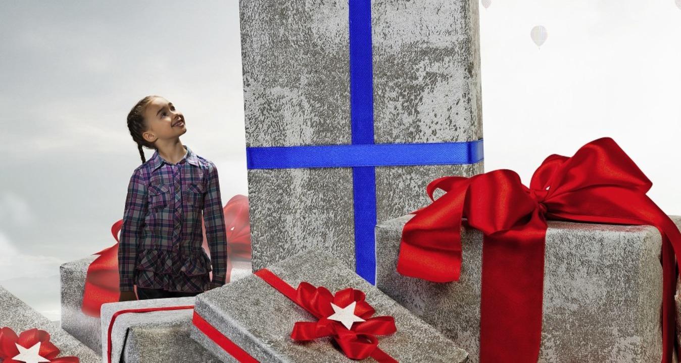Alles für dich! Manche Eltern oder Gro...n bei Weihnachtsgeschenken jedes Maß.   | Foto: Sergey Nivens (stock.adobe.com)