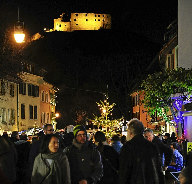 Im Zeichen der Burg: Großer Andrang beim Altstaufener Weihnachtsmarkt  | Foto: Bernhard Seitz