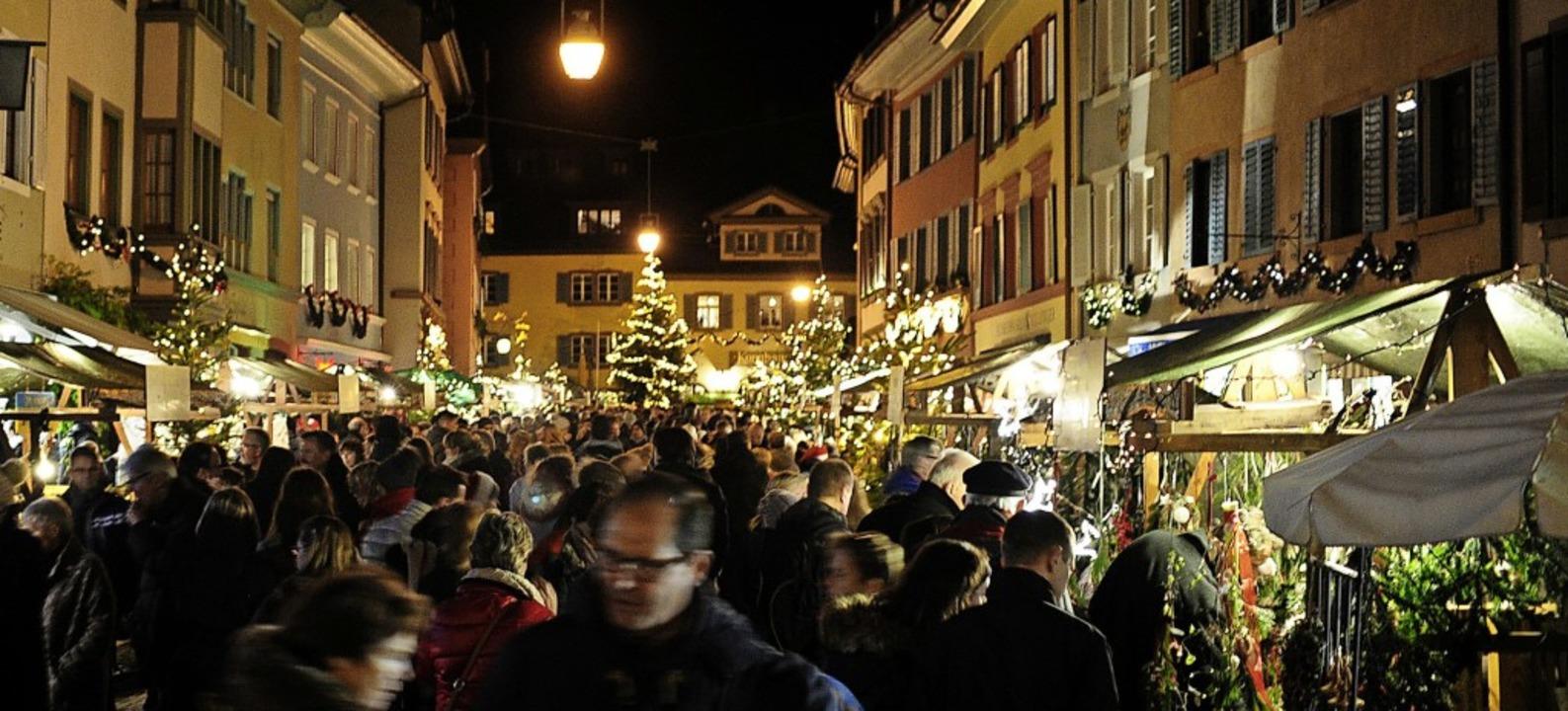 Weihnachtlich geschmückt und beleuchte...ufens Altstadt von ihrer besten Seite.  | Foto: Bernhard Seitz