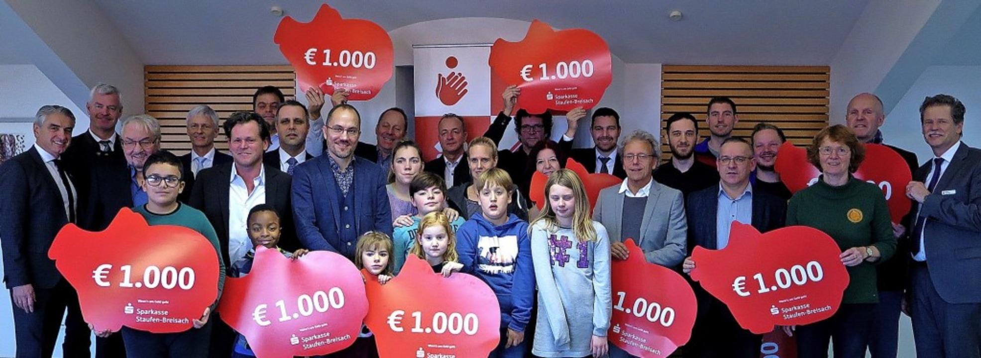 Freuen sich über je 1000 Euro: Die Ver...arkasse Staufen-Breisach profitierten.  | Foto: Gabriele Hennicke