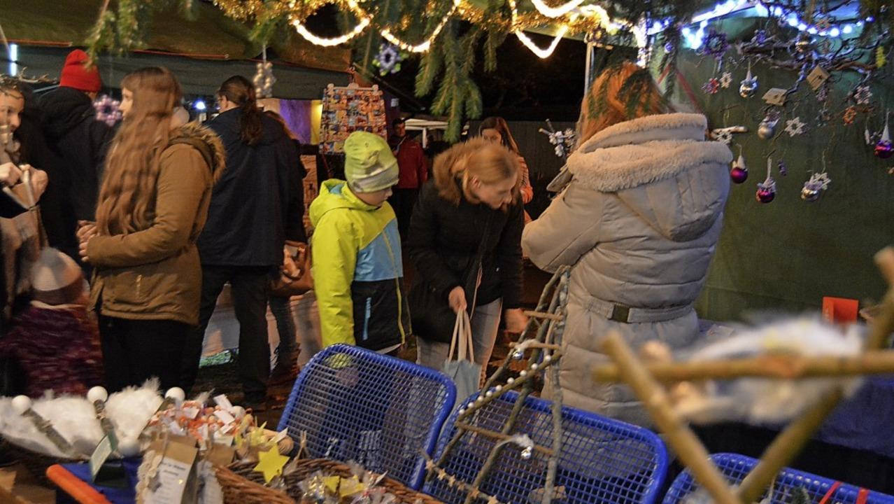 Überall gab es auf dem Nollinger Weihnachtsmarkt Selbstgemachtes zu entdecken.   | Foto: Danielle Hirschberger