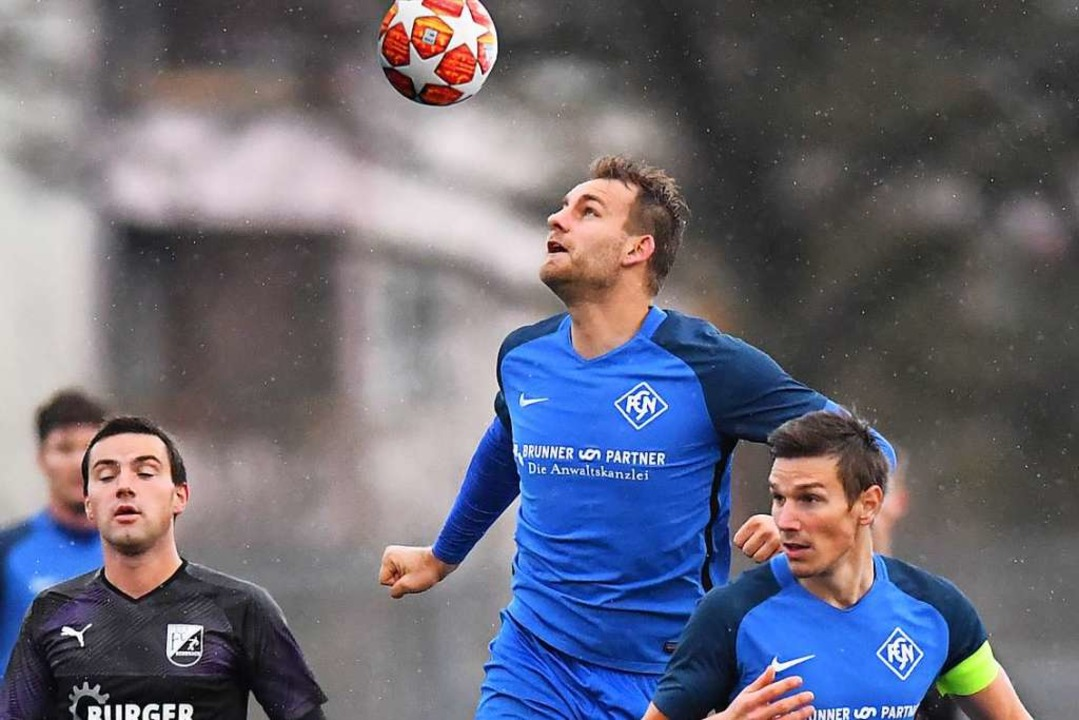 Rick Kiefer (Mitte) rettete dem FC Neu... Punkt, rechts Kapitän Arne Mundinger.  | Foto: Wolfgang Scheu