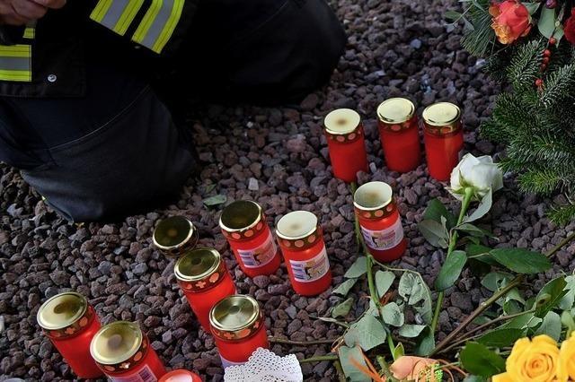 Feuerwehrleute gedenken Getötetem