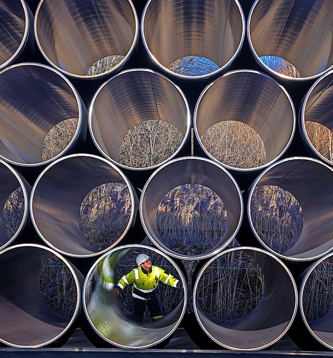 Ein Arbeiter schaut sich eine Röhre für Nord Stream 2 von innen an.  | Foto: Jens Büttner
