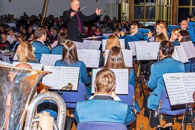 Stadtmusik Schopfheim füllt die Stadthalle mit Jazz, Blasmusik und Rock