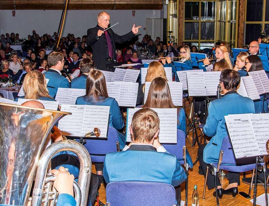 Die Stadtmusik Schopfheim und ihr Dirigent Joachim Wendland  | Foto: Paul Eischet