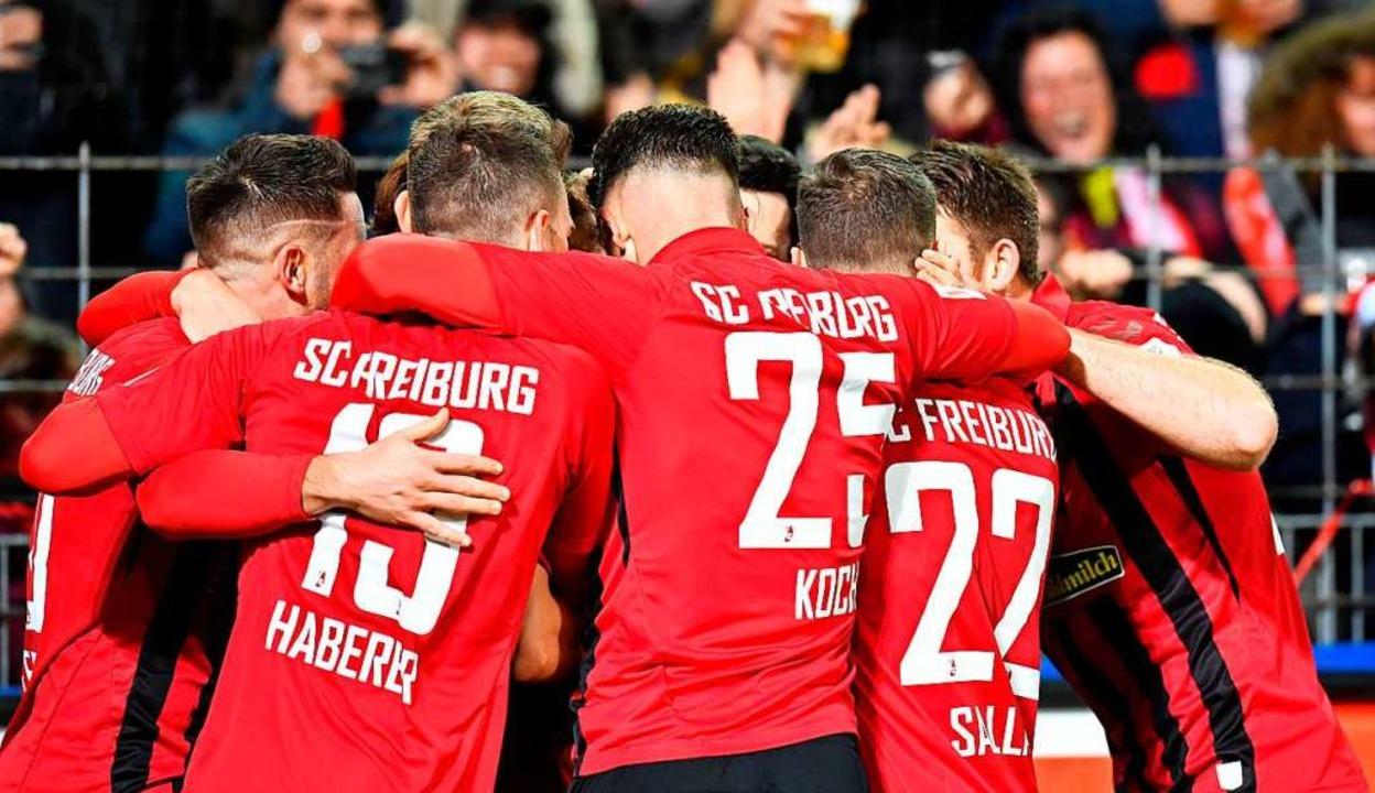 Der SC Freiburg – ein kompaktes Gebilde.    Foto: THOMAS KIENZLE (AFP)