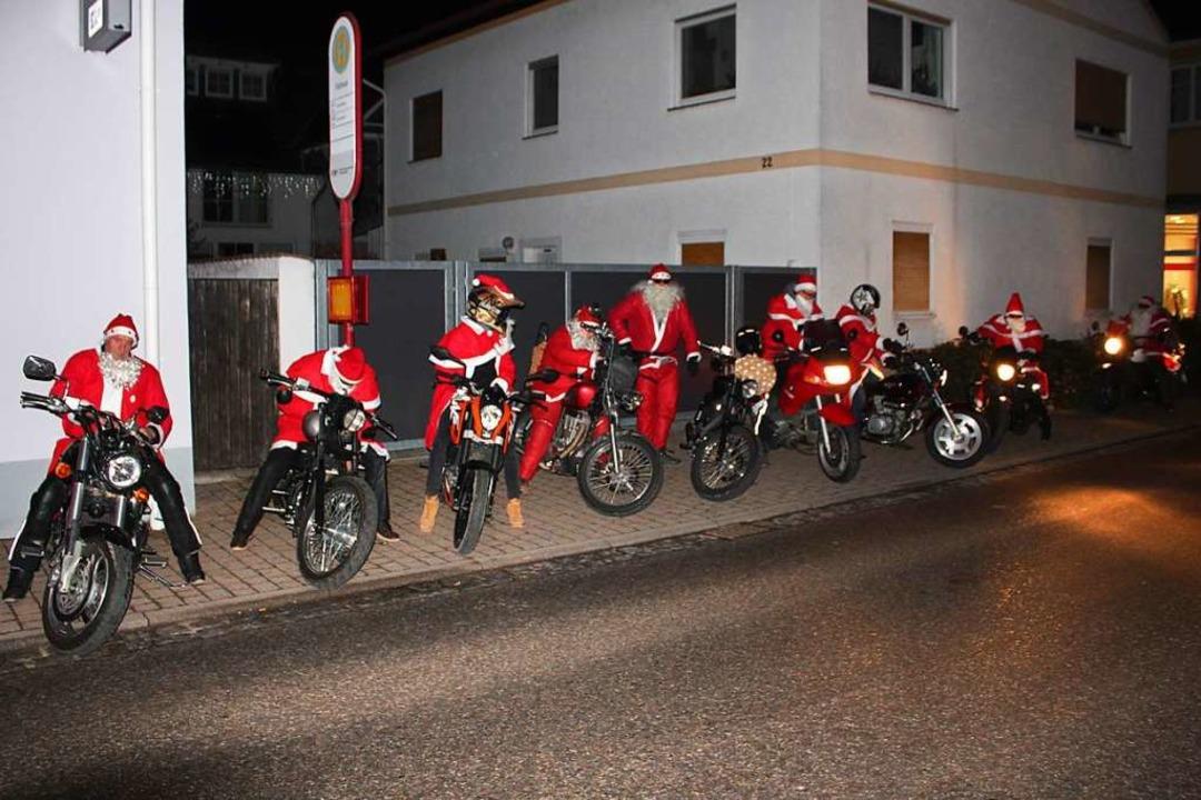 Da staunten die Hartheimer nicht schle... Rentierkutsche, sondern per Motorrad.    Foto: Otmar Faller