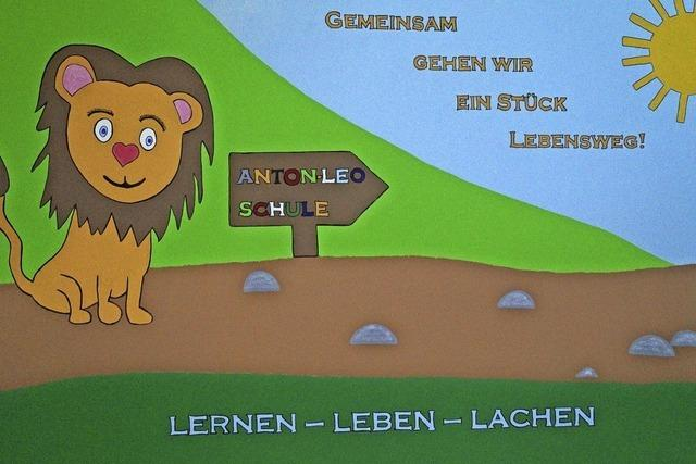 Ein Löwe begleitet den Schulalltag