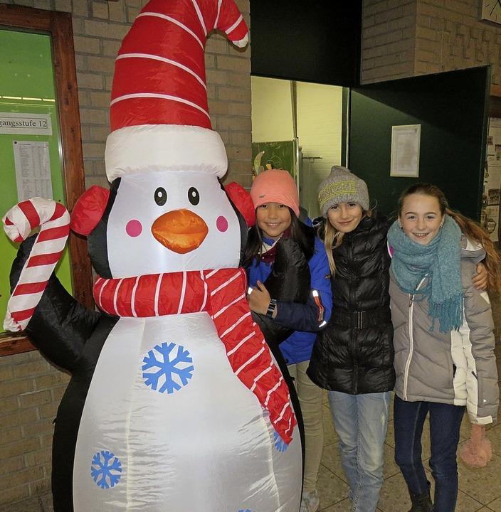 Für gute Laune am GBG-Weihnachtsmarkt ...h die Deko, wie dieser große Pinguin.   | Foto: Claudia Gempp