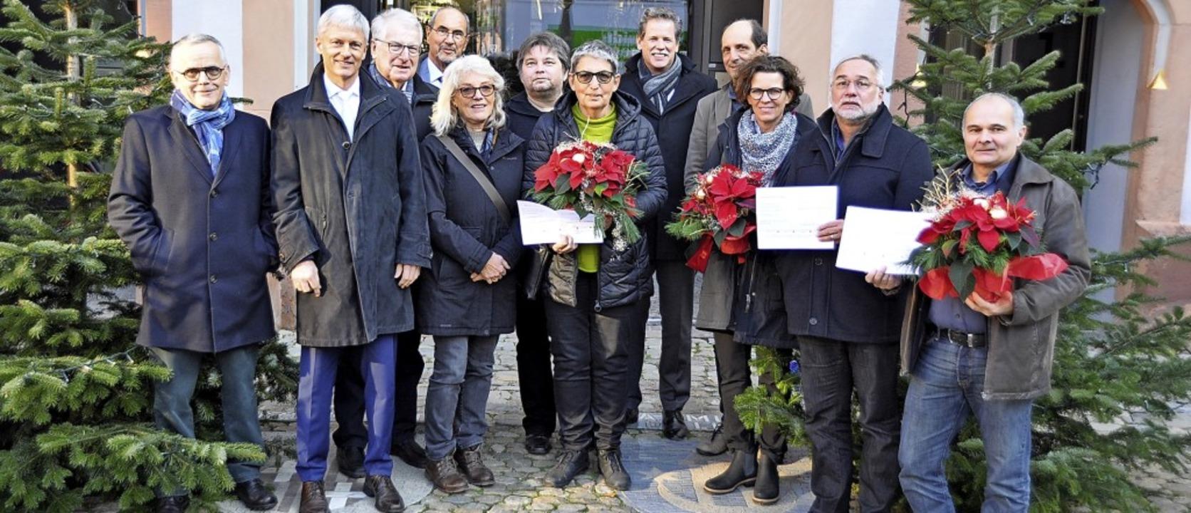 Blumen und Schecks der Bürgerstiftung ...er Michael Benitz (zweiter von links).  | Foto: Rainer Ruther