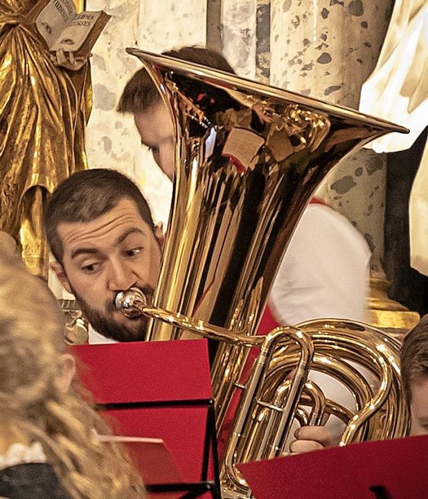 Das Dirigentenpaar Michaela Ortlieb-St...insamen Adventskonzert in St. Ulrich.   | Foto: Hubert Gemmert