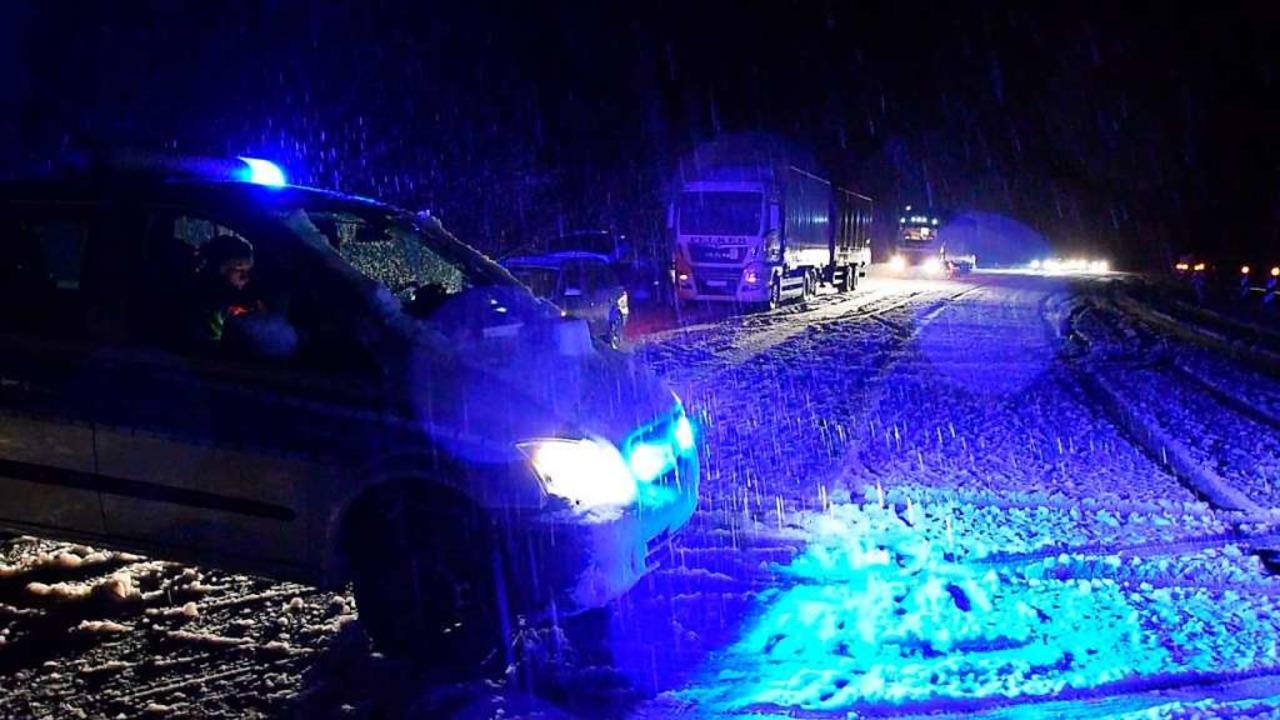 Die Polizei sperrte in der Nacht von M...aueschingen komplett für den Verkehr.   | Foto: kamera24