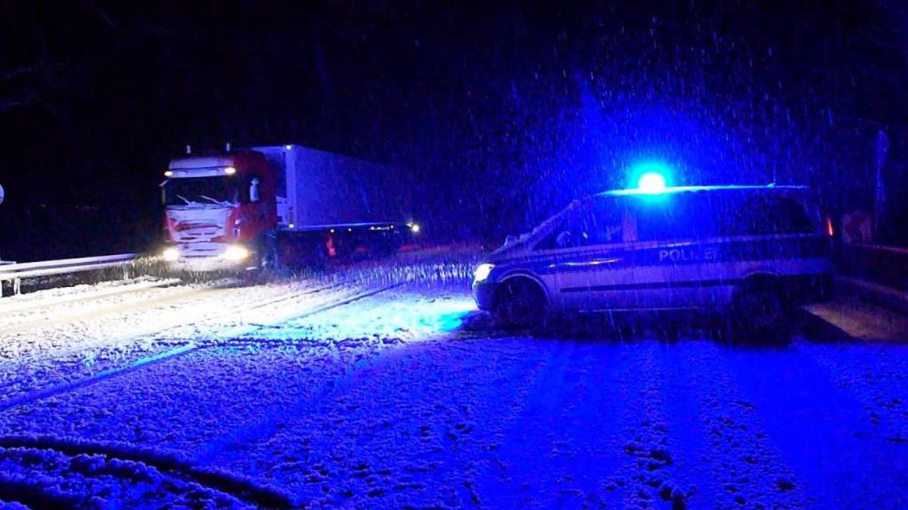 Komplettsperrung wegen Schneefalls.   | Foto: kamera24