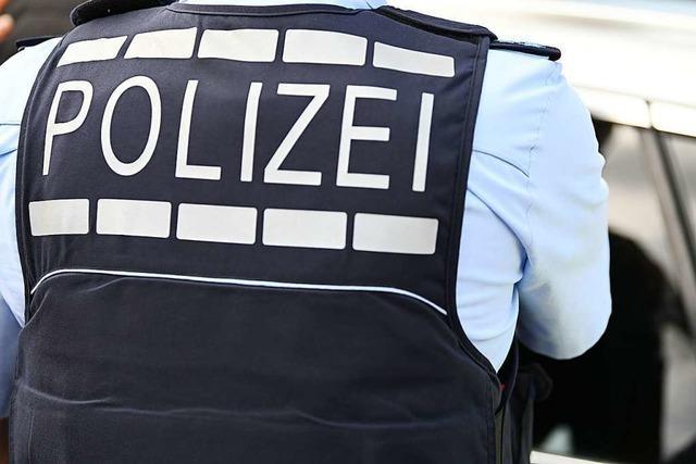 Autofahrer fährt in Lörrach fünf Pfosten um