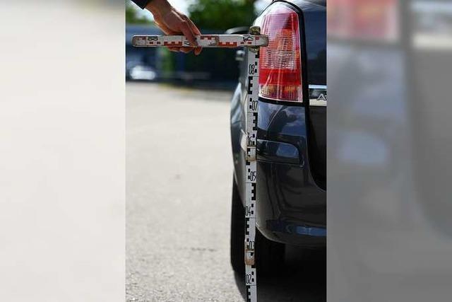 Autofahrer baut Unfall auf Supermarkt-Parkplatz in Lörrach und flüchtet