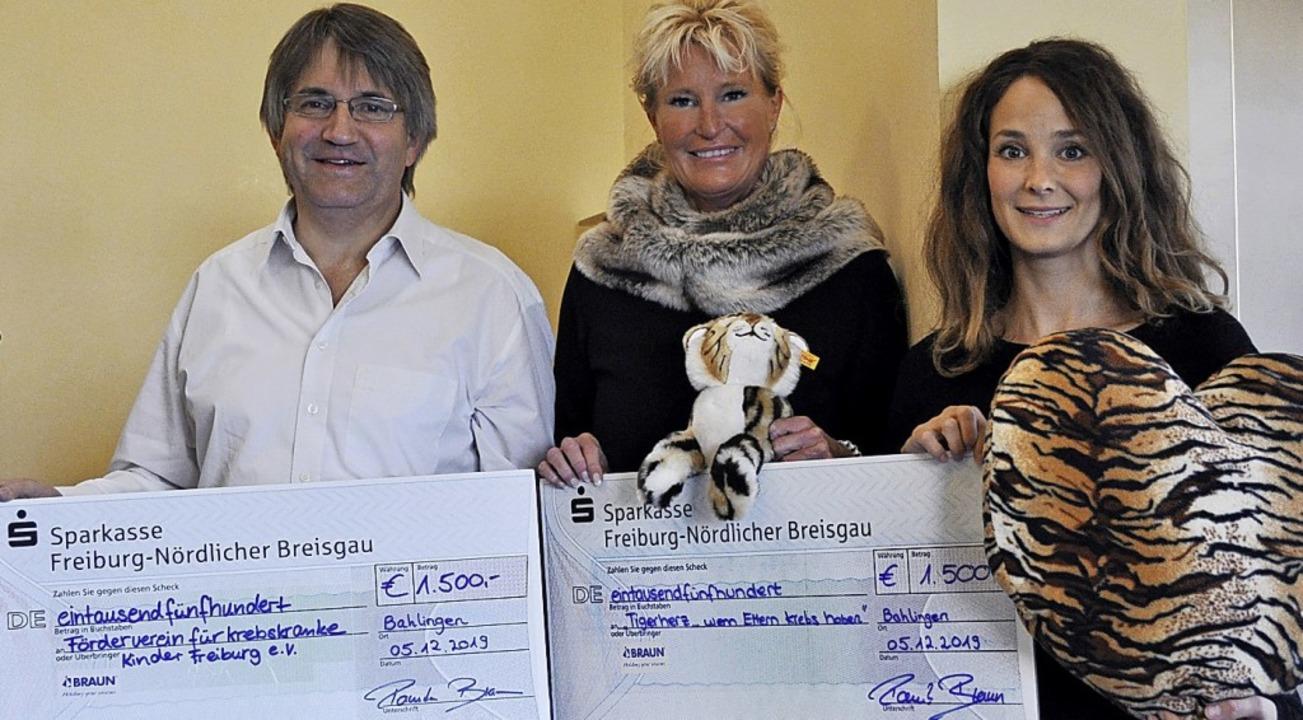 Jeweils 1500 Euro erhielten der Förder...rin Pamela Braun und Felicitas Karsch.  | Foto: Braunform