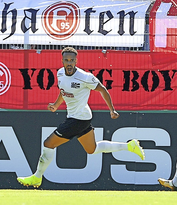 Villinger Traumtag: Steven Ukoh bejube...en Bundesligisten Fortuna Düsseldorf.   | Foto: Patrick Seeger (dpa)