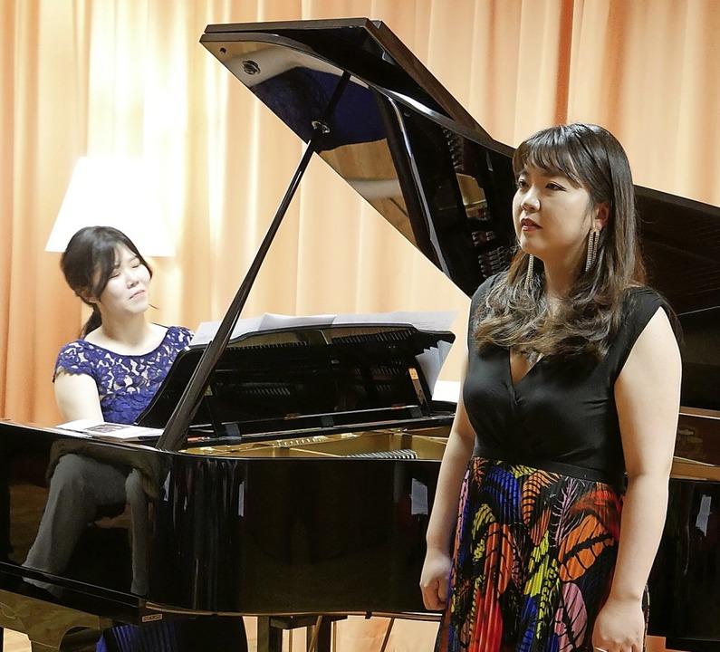 Die Sopranistin Irina Jae-Eun Park (re...igma-Zentrum Lieder der Romantik auf.   | Foto: Michael Gottstein