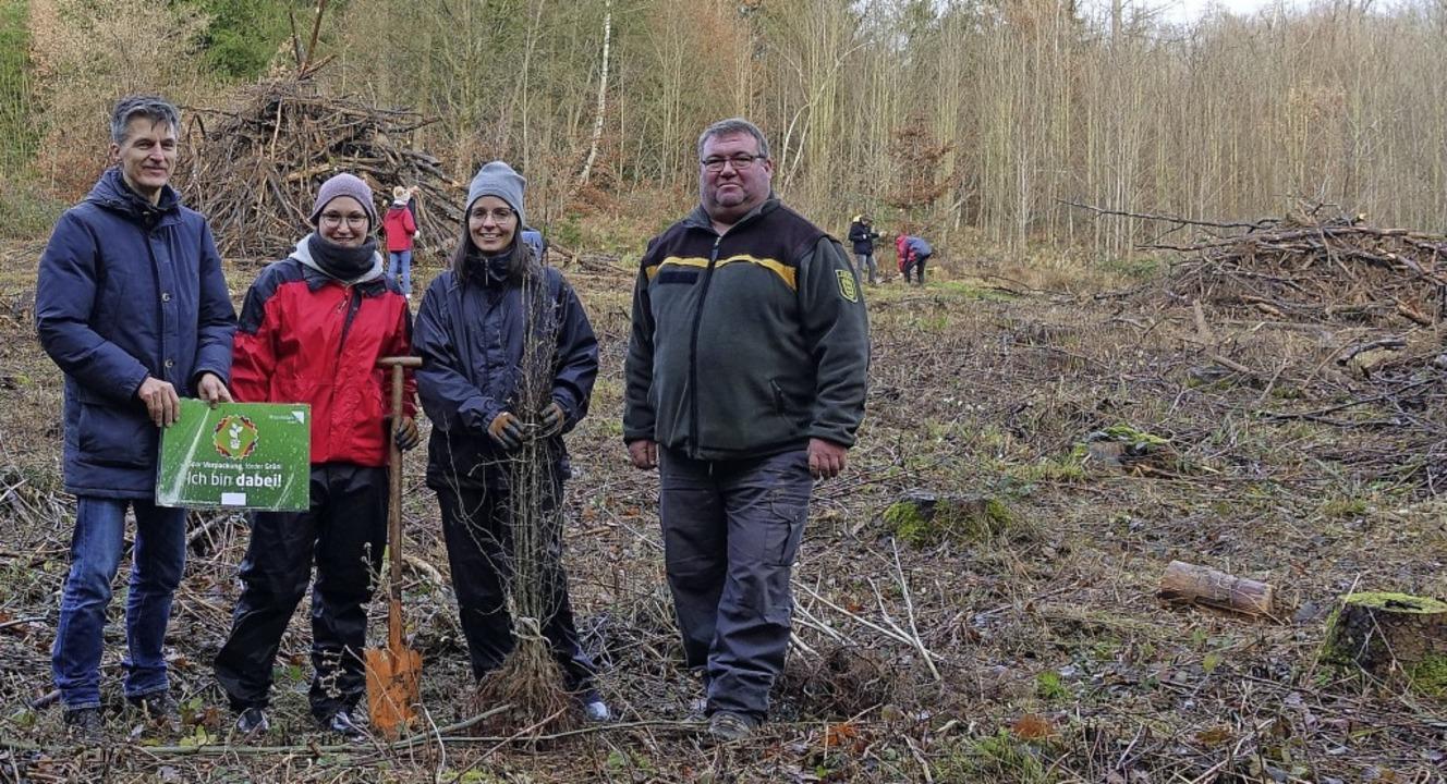 Klimaschutzmanager Frank Philipps mit ...vierförster Thomas Hirner (von links)     Foto: Stadt Rheinfelden