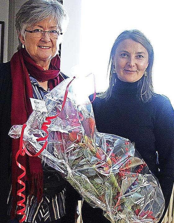 Hauptkommissarin Brixa (rechts) mit An...a Messer, Leiterin von Zeitbank plus.   | Foto: Gudrun Gehr
