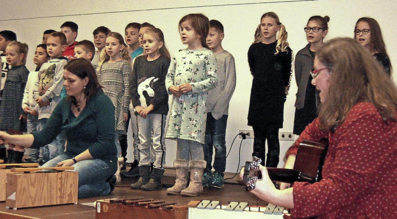 <BZ-FotoAnlauf>Seniorenadvent:</BZ-Fot...roberten die Grundschüler die Herzen.   | Foto: Ernst Brugger
