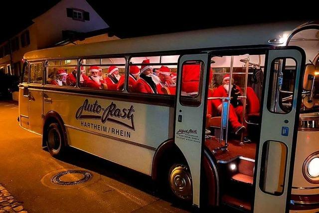 Ein Retro-Bus voller Nikoläuse