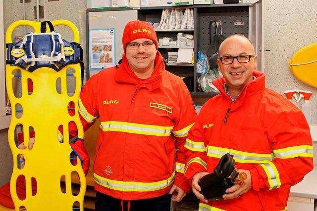 Die DLRG-Ortsgruppe bekommt einen Defibrillator für die Wachstation