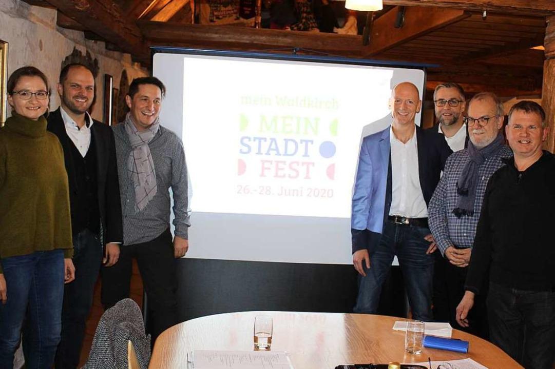 Das neue Stadtfest-Konzept  wurde von ...en Fuchs (links) stellte das Logo vor.  | Foto: Karin Heiß