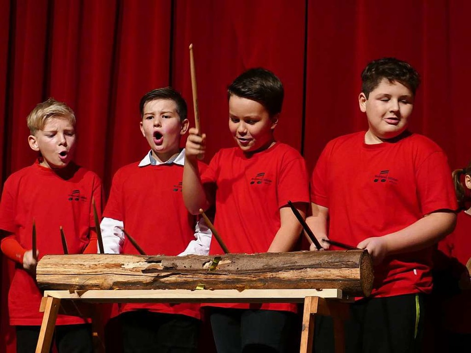 In der Steinzeit: Die jungen HABO-Musiker bearbeiten einen hohlen Baum  | Foto: Martina David-Wenk
