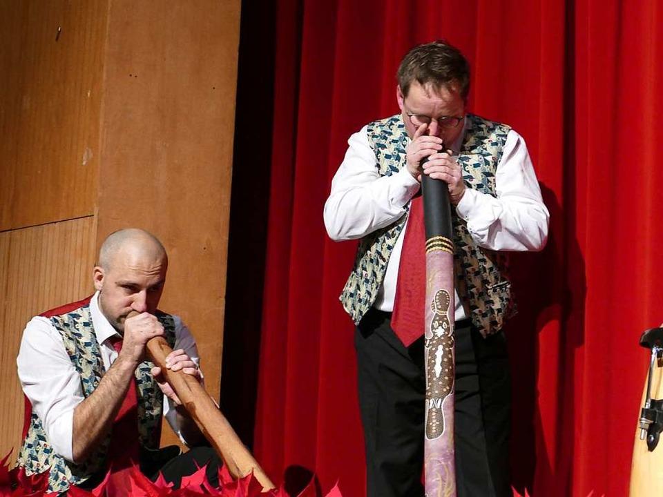 Dirigent Mario Del Guidice und der ers...achim Freund spielten das  Didgeridoo.  | Foto: Martina David-Wenk