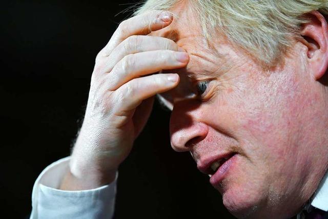 Boris Johnson nimmt Reporter sein Smartphone ab