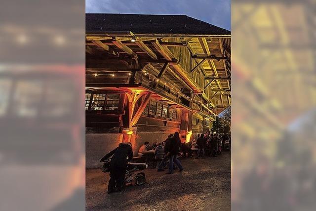 Weihnachtsmarkt vor historischer Kulisse auf dem Vogtsbauernhof
