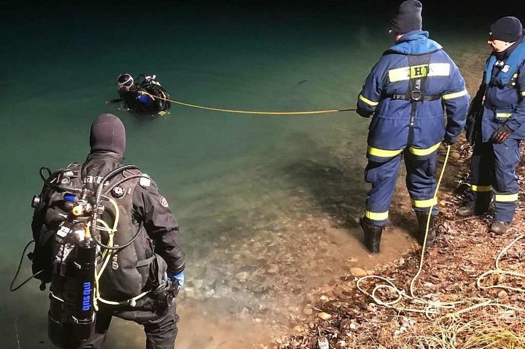 Bergetaucher sicherten das Auto im Wasser mit Hebegeschirr und Bergegurten.  | Foto: Feuerwehr Neuenburg