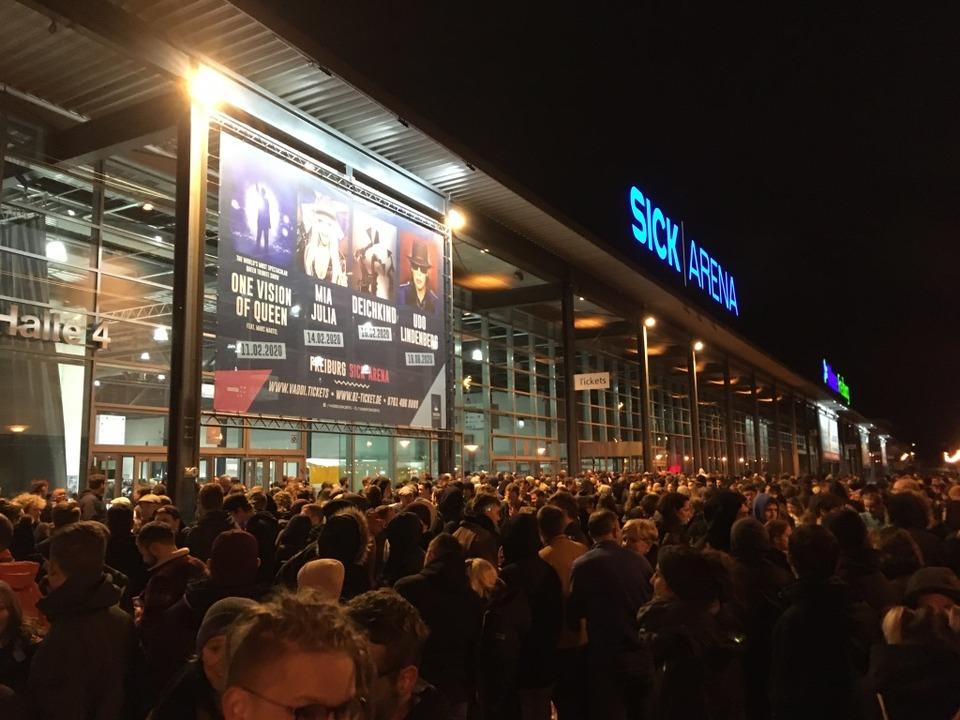 Menschen warten vor der Sick-Arena auf...pen halben Stunde war der Spuk vorbei.  | Foto: Joshua Kocher