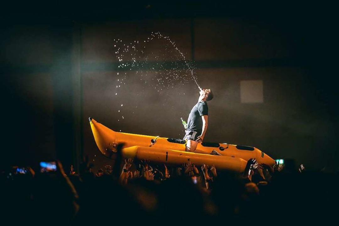 Auf der Banane durch die Menge: Feine ...et am Mittwochabend in der Sick Arena.  | Foto: Janos Ruf