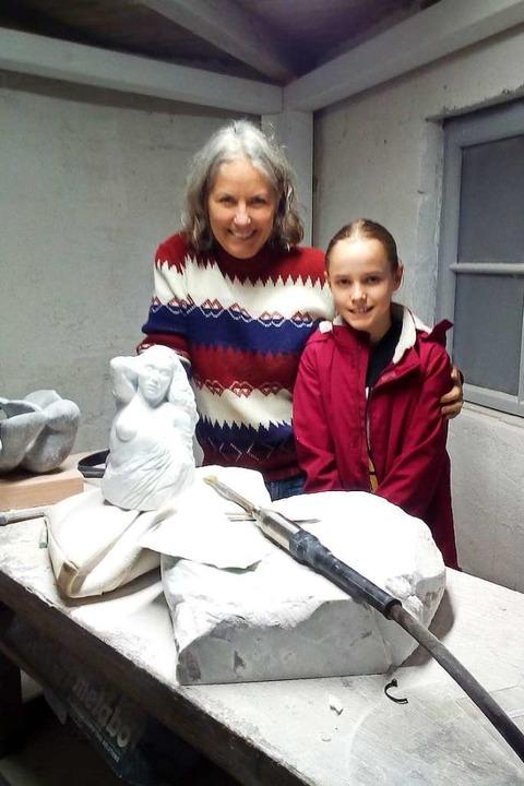 Zisch-Reporterin Jule Bortchen mit Kün...na Löwy in deren Atelier in Schopfheim    Foto: Privat