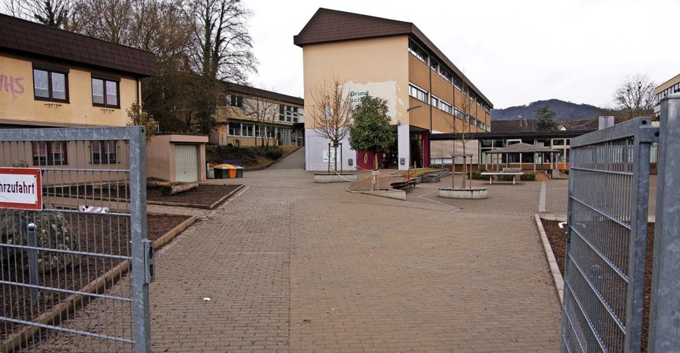 Das VHS-Gebäude (links) und der Schulh...en  Haushalt 2020 der Stadt Endingen.   | Foto: Martin Wendel