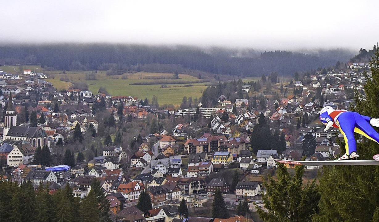 Tiefflug über Neustadt: So grün soll e...ar 2020 nicht sein im Hochschwarzwald.    Foto: Patrick Seeger