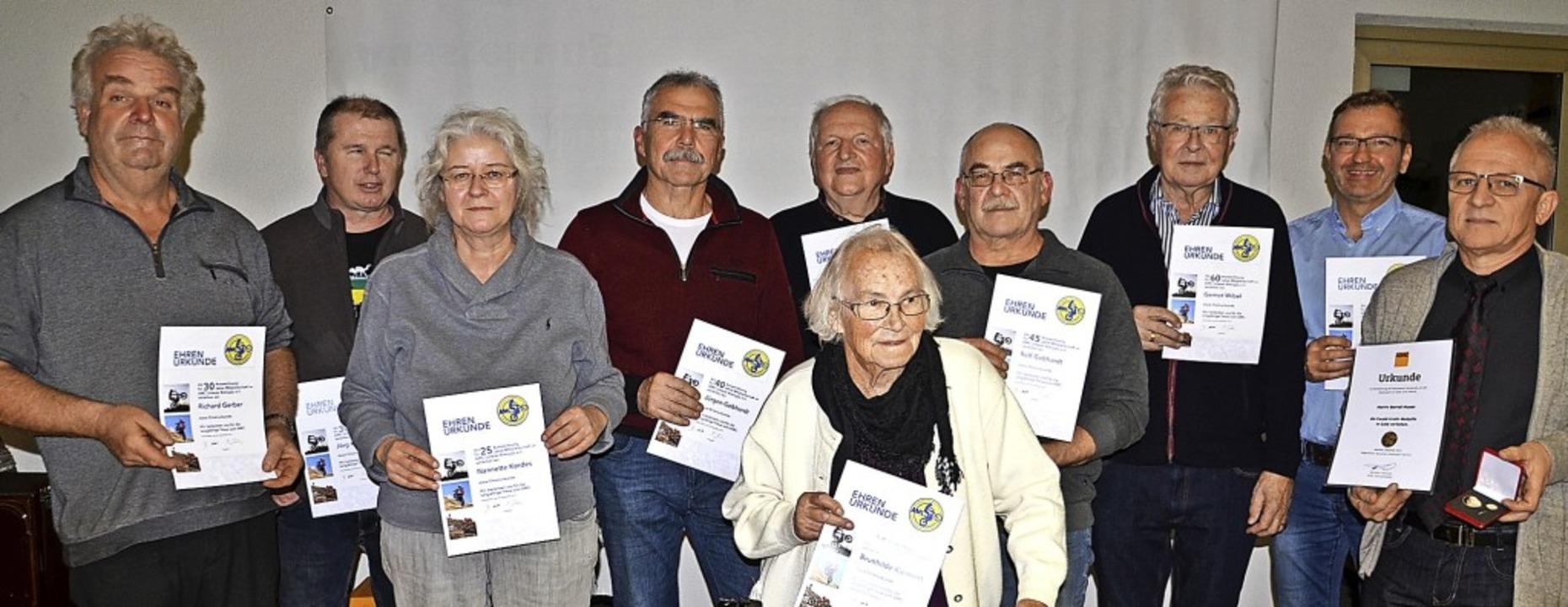 Langjährige Mitglieder ehrte der AMC U...annt und auch vom ADAC geehrt wurde.    | Foto: Roland Vitt